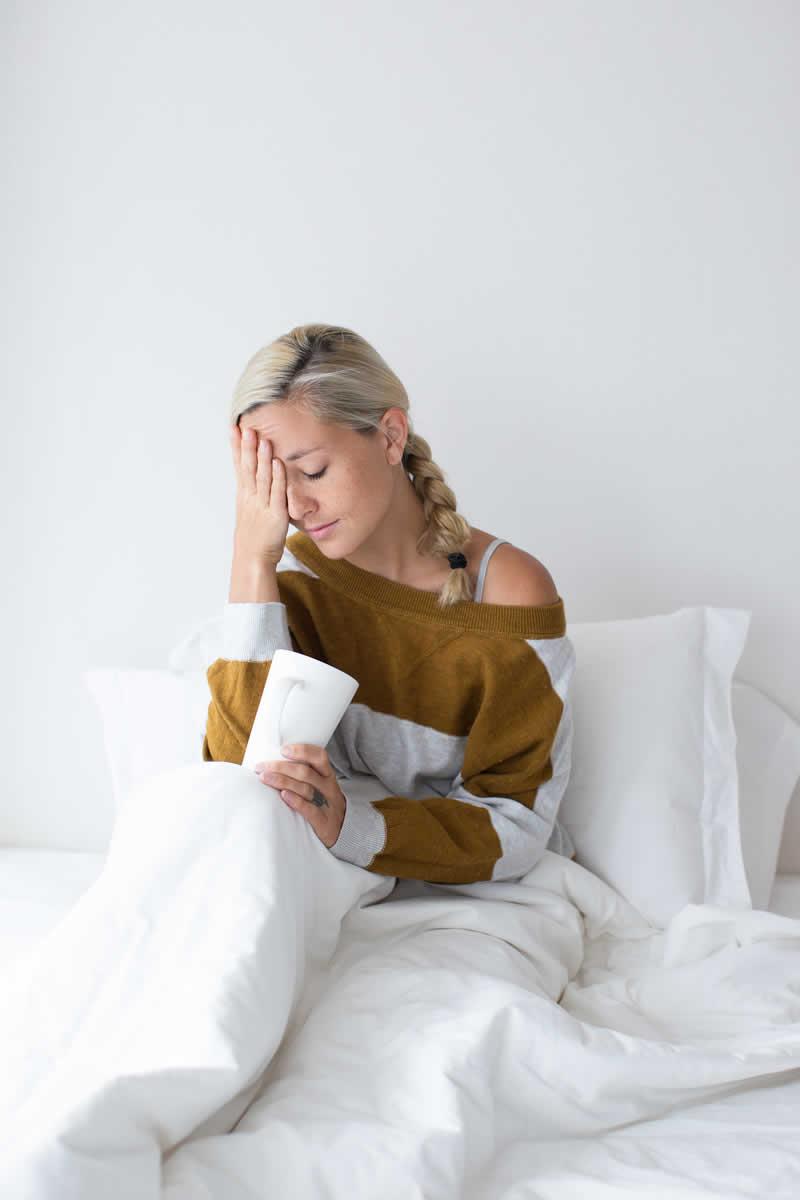 Eliminare o attenuare i dolori mestruali con lo yoga - Dolore alle gambe a letto ...